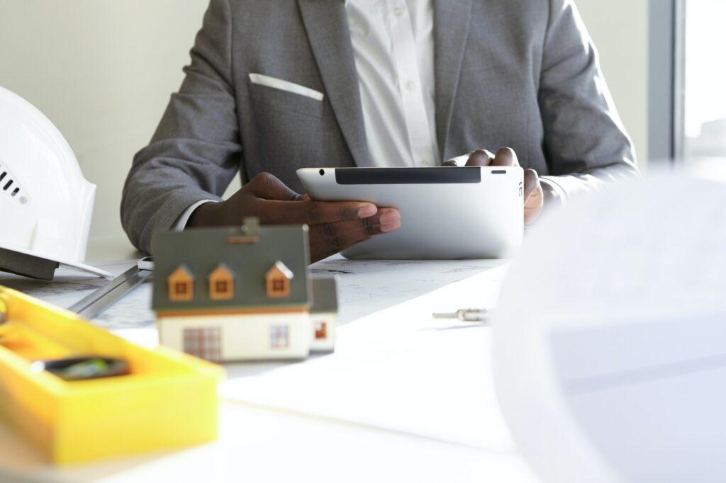 un promoteur immobilier étudie un investissement