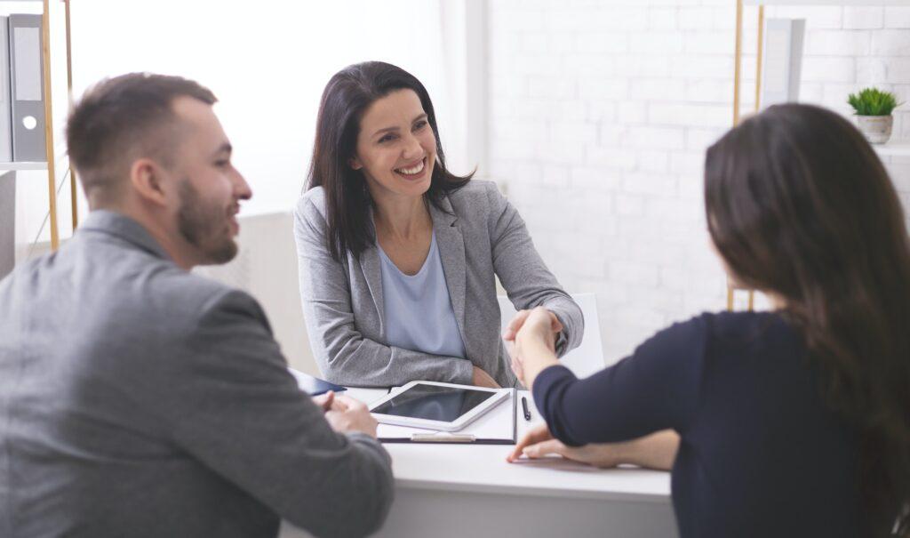 un business broker serre la main à une cliente