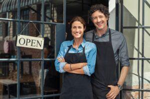 couple qui a acheté un commerce aux états unis devant leur boutique