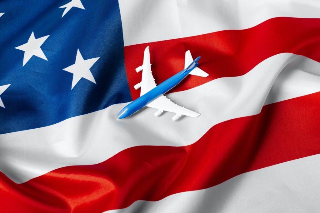 avion miniature sur drapeau des états unis