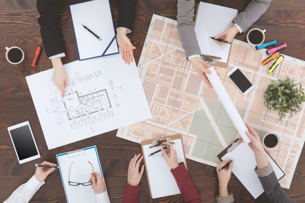 promoteurs immobilier travaillent sur des plans